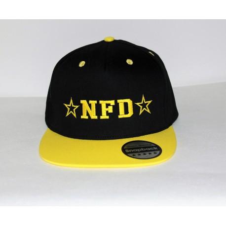 Flatpeak cap i sort og gul med navn på