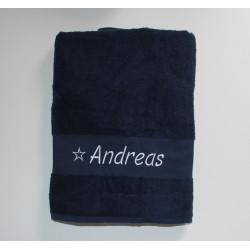Stort håndklæde med navn på i mørkeblå. Badehåndklæde 140x100cm